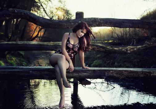pont-femme-brune-soleil-eau