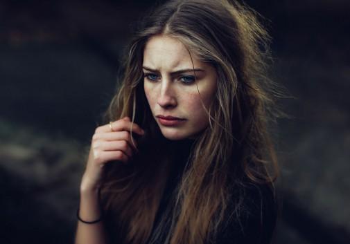 portrait-femme-blonde-brute-sombre