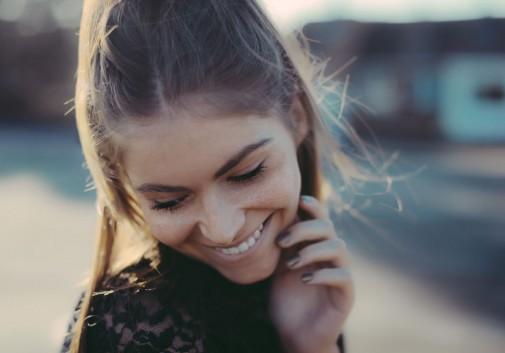rire-sourire-brune-soleil-bonheur