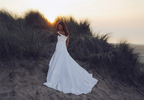 robe-mariage-femme-mystère-dune-plage