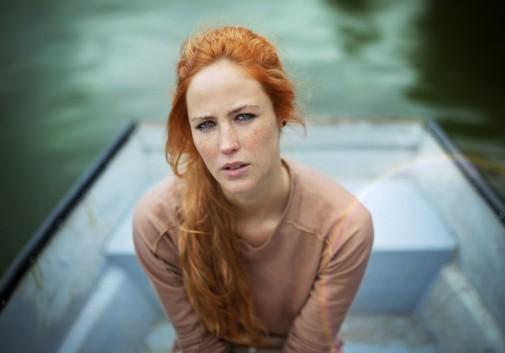 rousse-femme-barque-eau-regard