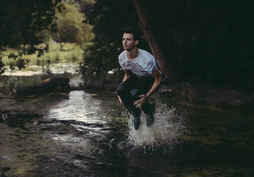 saut-eau-lac-magique-homme
