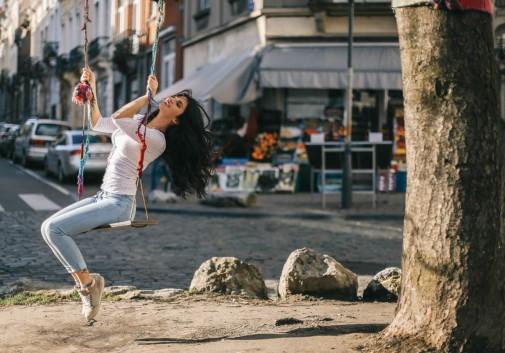 ville-brune-femme-bonheur-soleil