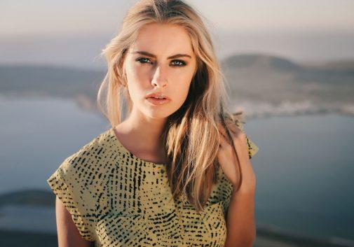 visage-intense-blonde-soleil-portrait