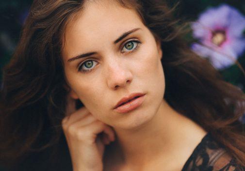 visage-portrait-brune-fleur-vent