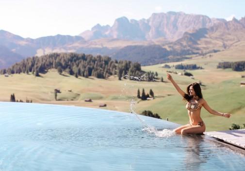 voyage-piscine-trendshaker-femme-montagne